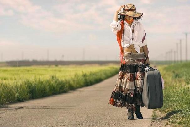 Mulher andando na estrada